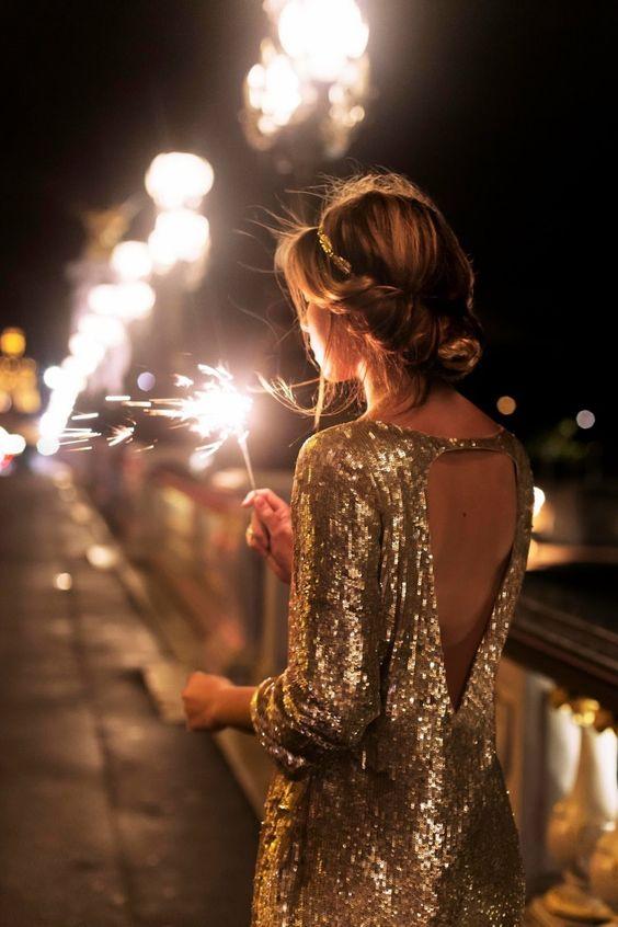 Vestido dorado con lentejuelas y escote largo en la espalda