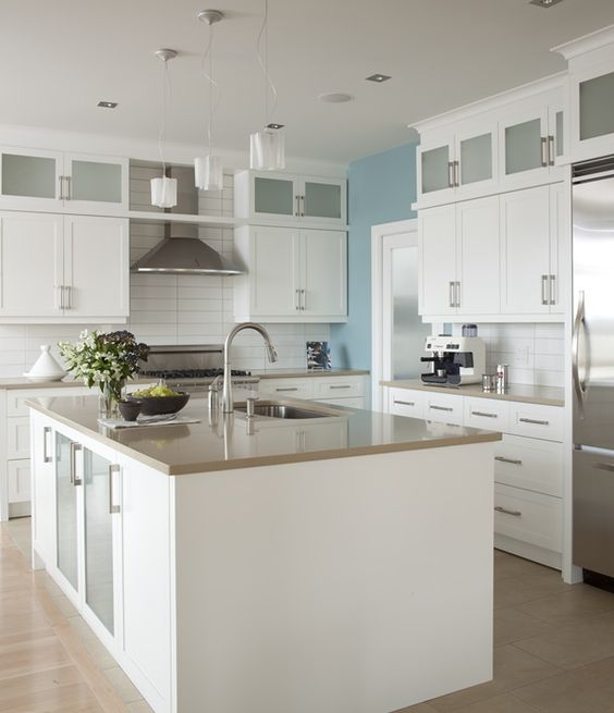 Armoires de cuisine de style moderne. La totalité de ces armoires de cuisine ont été réalisé en merisier. Le tout est harmonisé avec un comptoir de quartz, Ceasar Stone.