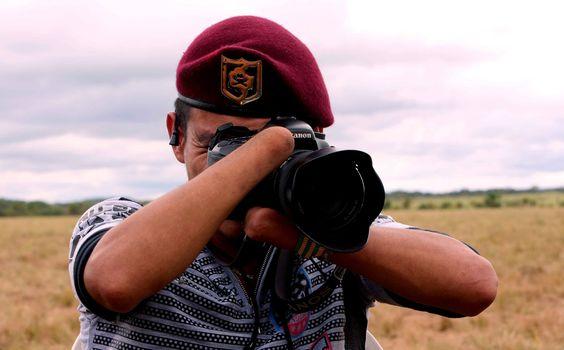FOTÓGRAFO DE LAS FARC. El guerrillero Roosevelt Jiménez Calderón toma fotografías durante la Décima Conferencia Nacional Guerrillera en El Diamante, departamento de Caquetá (Colombia). Jiménez Calderón pertenece al bloque comandante Jorge Briceño...