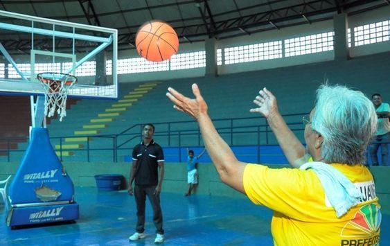 Idosos disputam em atividades esportivas variadas (Foto: Jackson Souza)