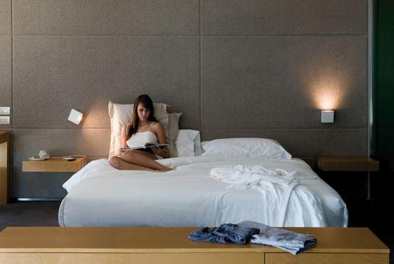 Lámparas de lectura de aplicación en pared #Alpha de Vibia para poder tener una pieza funcional en el dormitorio sin renunciar al diseño. Foto de @vibialight