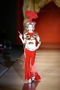 """Francis Montesinos hace un homenaje a Dalí (2009). La referencia es el cuadro surrealista """"El rostro de Mae West"""" (1934)"""