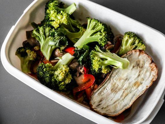 Fasten kann so viel mehr sein, als Nicht-Essen: Zum Beispiel diese würzige Gemüsepfanne mit Ofen-Süßkartoffel.