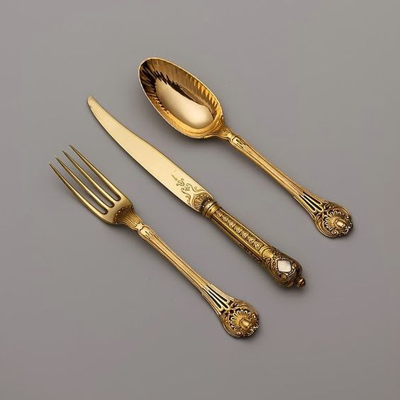 «Cet ensemble [de Lehendrick] date de 1767 à 1771, mais la conception de la fourchette, cuillère, et couteau ressemble beaucoup à ceux d'un service à dessert en Argent fait en 1744 par le célèbre orfèvre Thomas Germain (1673-1748). »BIJOUX ET PIERRES PRECIEUSES: novembre 2014