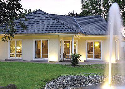 Fassadengestaltung beispiele bungalow  Bungalow Walmdach 130. Der klassische Winkelbungalow überzeugt ...