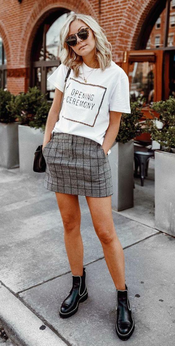 Para usar já: estampas geométricas. T-shirt branca estampada, saia xadrez, ankle boot preta,