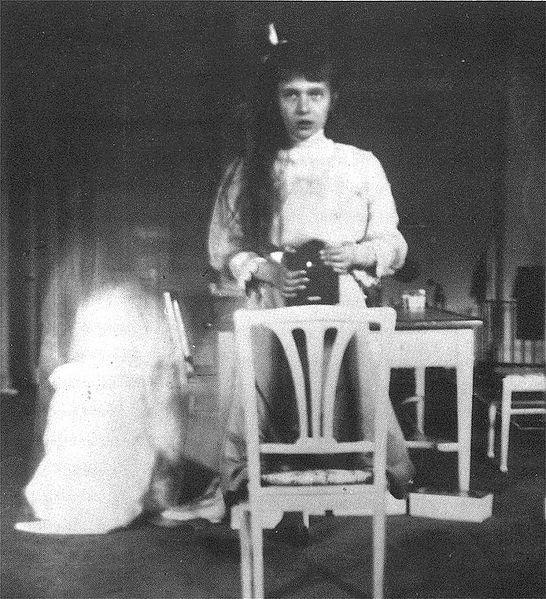 El primer Selfie conocido. Autorretrato fotográfico utilizando un espejo y la cámara Kodak Brownie por la Gran Duquesa de Rusia Anastasia Nikolaevna , octubre 1914