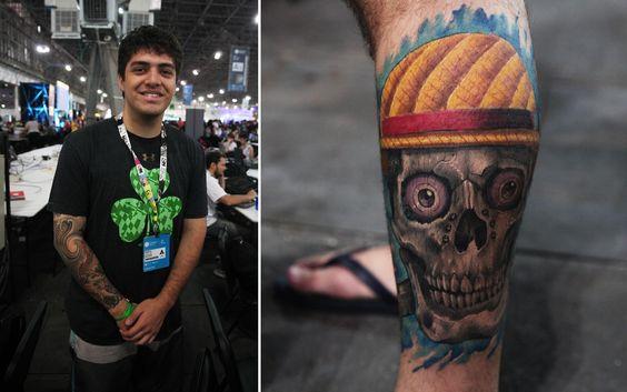 Vinicius do Nascimento, de 22 anos, é estudante de engenharia automotiva. Na canela, ele tem uma tatuagem que remete à bandeira pirata do anime One Piece
