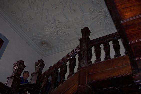 Escalera tallada de madera de mansión tipo Tudor.