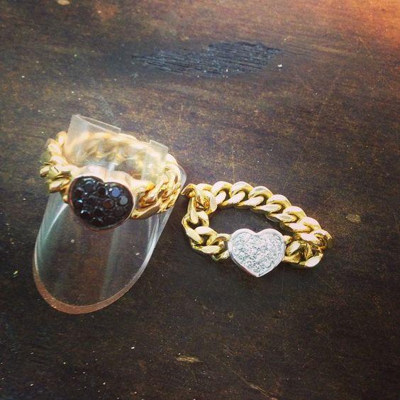 Zwei mal Kettenring in 585/- Gold mit schwarze bzw. weiße Diamanten. Ideal für Verlobung.