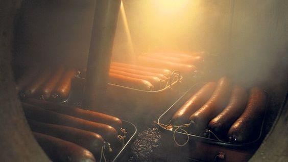 Treberwürste im Brennhafen: Die traditionelle Spezialität wird in den Monaten Januar und Februar serviert.
