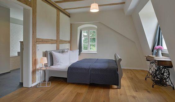 Umgeben von idyllischer Natur liegt das barocke Gutshaus auf einem weitläufigen Anwesen mit historischer Feldscheune, Teichen, Obstgarten und alten Bäumen. Da