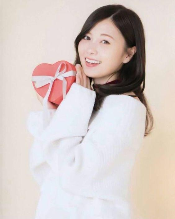 ハートのプレゼントを持つ白石麻衣