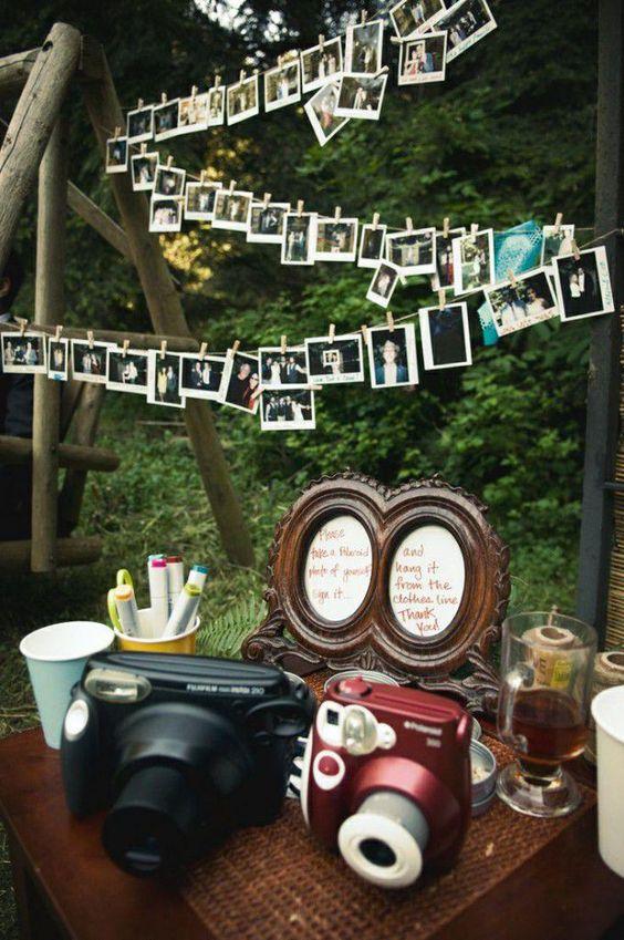 Des photos Polaroid suspendues