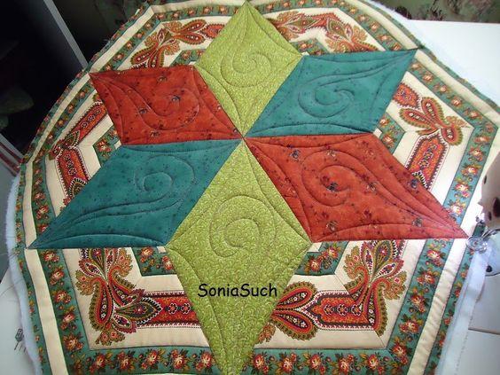 T E M P O D E V I V E R B E M: Centro de mesa com triângulos.