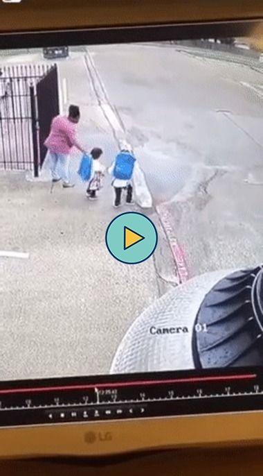 Crianças fazem brincadeira com a mãe que não da muito certo.