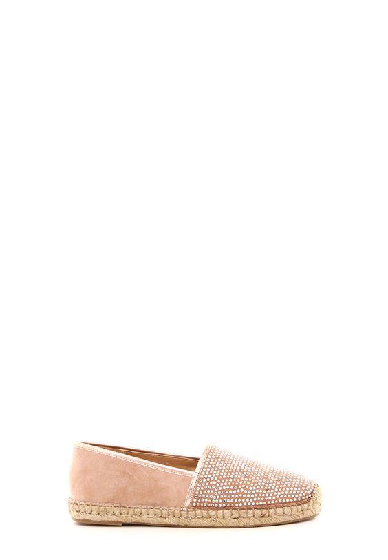 Espadrillas in suede color cipria con applicazione logo strass in tono. Bordo in pelle laminata. Fondo in corda h. 1,5 cm. Sottopiede in vera pelle: