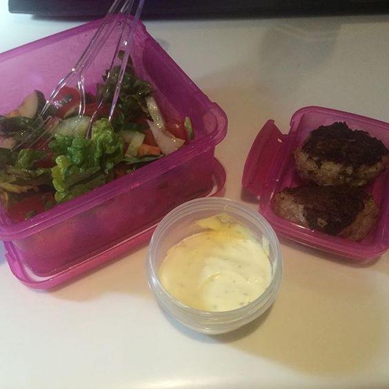 Frokost på en 07-14:30 vagt! Glutenfri frikadeller med salat og Bearnaise Har et seriøst Bearnaise flip for tiden (Opskrift på frikadeller i tidligere opslag)  #Instahealth #Healthyfood #Healthyliving #Eatclean #Healthyeating #Loosingweight #Gethealthy #Fitfamdk #Weightloss #Looseweight #Fit #Healthylifestyle #Fitliving #Fitnessfood #Protein #Livsstilændring #Vægttab #Sukkerfri #Sugarfree #LCHF #Glutenfree #Glutenfri #Lowcarb #Lowcarbhighfat #LCHFfood #LCHFfrokost #Bearnaise #Frikadeller…