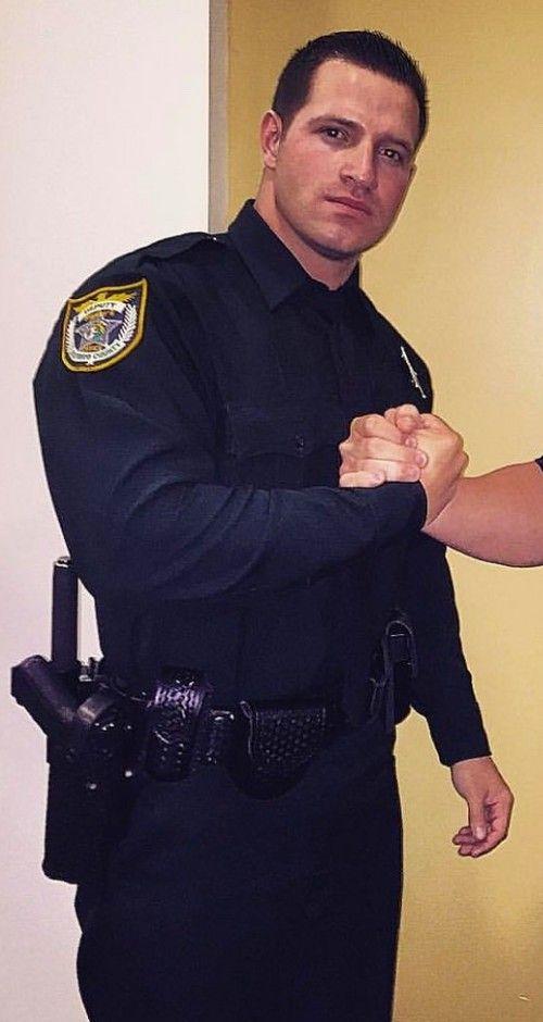 握手をする警察官