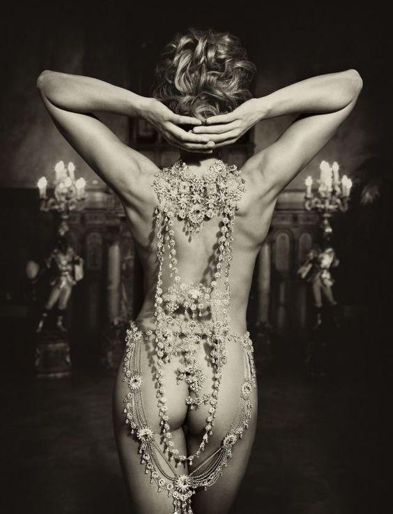 """""""La très-chère était nue, et, connaissant mon cœur, Elle n'avait gardé que ses bijoux sonores, Dont le riche attirail lui donnait l'air vainqueur Qu'ont dans leurs jours heureux les esclaves des Mores.""""  C. Baudelaire  Lire la suite sur : http://www.etudes-litteraires.com/baudelaire-fleurs-du-mal.php#ixzz2kvgEXeRZ"""
