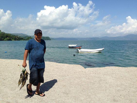 Pescador dominguero en el crater del ahora Lago de Ilopango, el mas grande de El Salvador, con 72 kms cuadrados de espejo de agua | suchitoto.tours@gmail.com