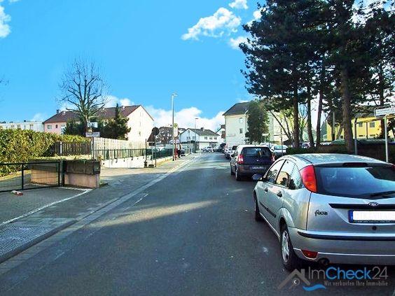 Neben den zum Haus gehörenden Parkplätzen, kann auf der Straße geparkt werden.