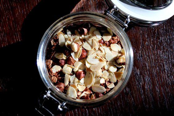 Kakao kochen. Haselnüsse und Mandeln in der Pfanne anrösten. Haferflocken in ein Gefäß geben, mit dem Kakao übergießen. Nach dem Abkühlen die gerösteten Nüsse und Mandeln draufgeben, Gefäß verschließen und 4 Stunden stehen lassen.   DAS IST DRIN/PORTION