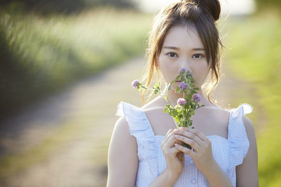 花の香りをかぐ佐藤詩織
