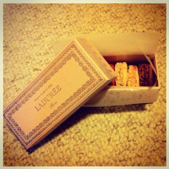 !!! Ladurèe French macarons. =) só pela caixinha eu ja compraria!!!