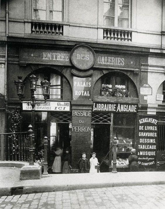 Le petit passage du Perron (rue de Beaujolais - jardin du Palais-Royal) - Paris - Foto Eugène Atget, 1906.