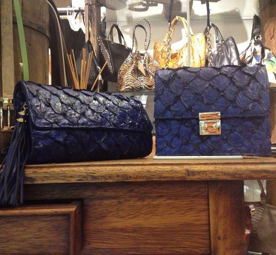 Bolsas em pirarucu - confeccionadas e desenhadas por Giovanna Casasola Migowski Couro Exótico na cor Azul Marinho Clutch e Chanel