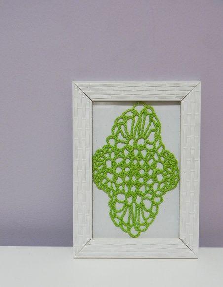 Quadro com moldura na cor branca Desenho feito totalmente em crochê com linha verde Fundo branco  Tamanho 13 x 18 cm R$ 35,00