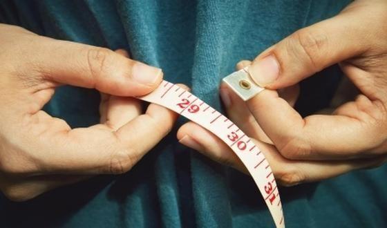 Le tour de taille constitue un indicateur clé de l'état de santé et des risques présents ou à venir, et ceci au moins autant, si pas plus, que l'indice de masse corporelle (IMC).
