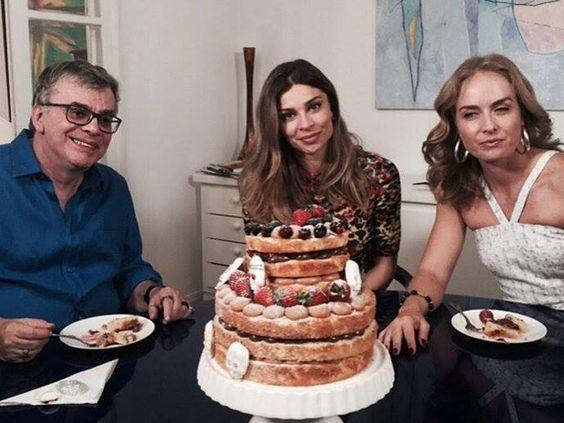 Grazi Massafera prepara bolo para Walcyr Carrasco  http://gshow.globo.com/programas/estrelas/videos/t/programas/v/grazi-massafera-prepara-bolo-para-walcyr-carrasco/4429659/