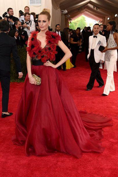 Model Poppy Delevingne trägt eine vom Thema China inspirierte Robe von Marchesa