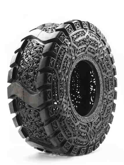 sans titre (Truck Tyre), Wim Delvoye, 2013 (pneu de camion taillé à la main)
