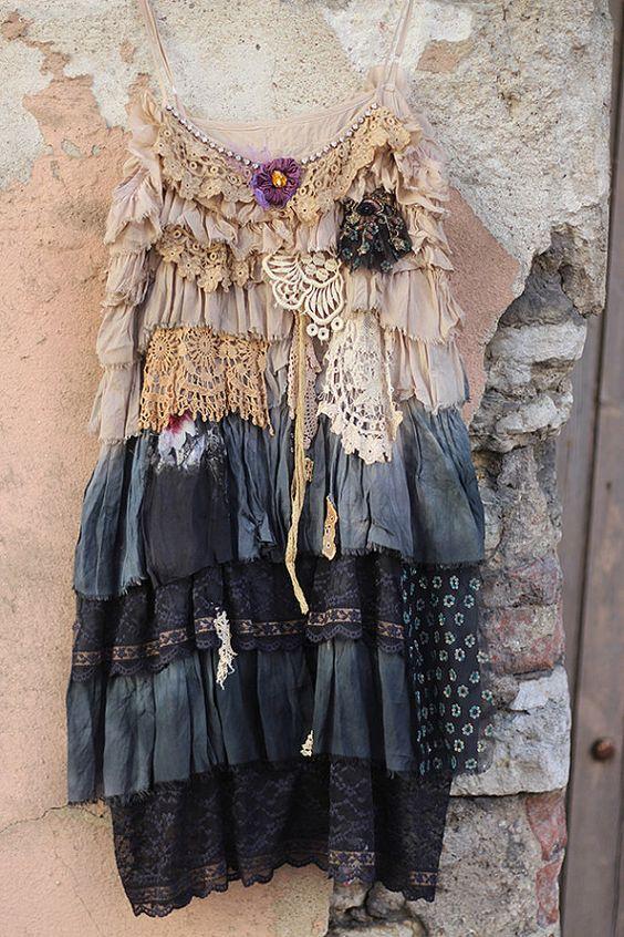 Tunique romantique Bohème, shabby chic, ombre teints, avec des volants de volants avec bords déchirés. Retravaillé avec vieux lacets - la main 19 /