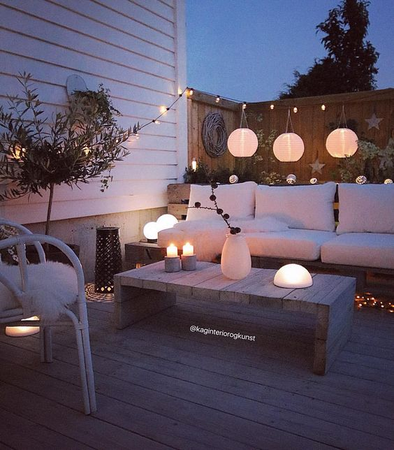 Love the whole look of this back garden The hanging lights give a - küchenwände neu gestalten