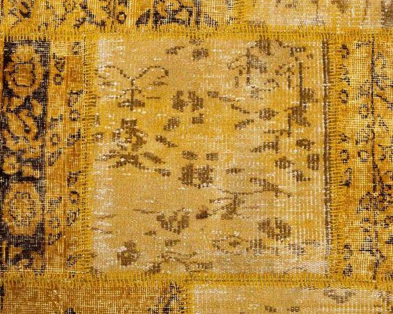 Der heitere aber exotische Teppich kombiniert komplexe Muster und auffallende gelbe Farbtöne. Er wirkt außergewöhnlich warm und einladend. ZEHRA TEPPICH: http://www.sukhi.de/ubergefarbte-zehra-patchwork-teppiche-1.html