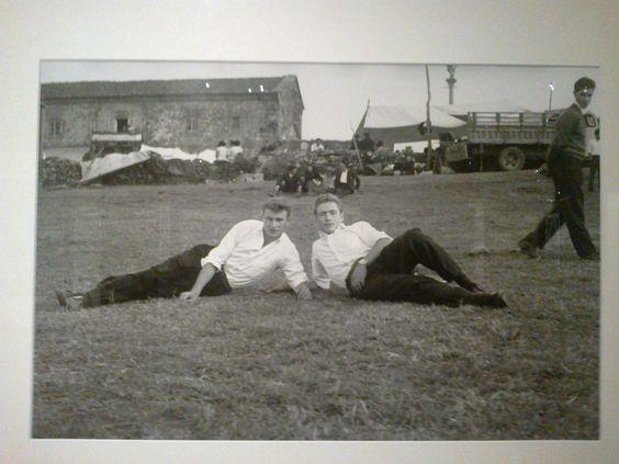 Jóvenes descansando en el prado. Virxilio Vieitez