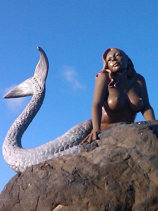 ~ Един от трима русалка статуи на плажа на Daydream Island.  Куинсланд, Австралия .: