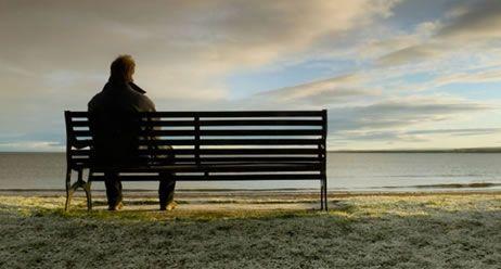 Wenn die Depression auf den Körper schlägt |  Hinter körperlichen Beschwerden wie Rücken- und Kopfschmerzen oder Tinnitus kann sich eine Depression verbergen. Dann wird die psychische Erkrankung häufig lange nicht erkannt