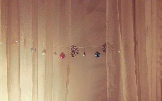Du kannst die Christbaumkugeln ebenso mit etwas anderem Weihnachtsschmuck an eine dünne Schnur hängen, entweder an der Wand oder quer durch den Raum. #bed  #liebe #DIY #Advent #Calendar #Decoration #Candle fir cone #Basteln #Dekoration #Weihnachten #mydays #twigs #decoration Christmas ball ornament