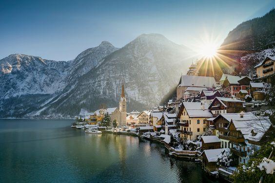 Morgendlicher Blick auf Hallstatt und Hallstätter See im Salzkammergut bei Sonnenaufgang im Winter
