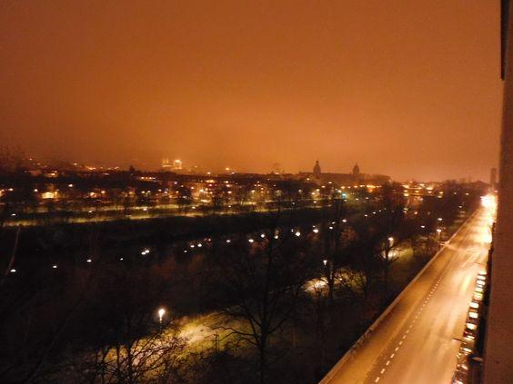 Bedeutungsvoll sah an diesem Tag, Ende Januar, die Stadt aus, eine deutliche Rottönung des Himmels, der Wolken über der Stadt, über dem Fluss, beherrschte die Landschaft.