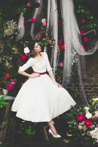 modische Braut mit 50er Jahre Brautkleid mit Petticoat, V-Ausschnitt und Ärmeln  (www.noni-mode.de - Foto: Le Hai Linh)