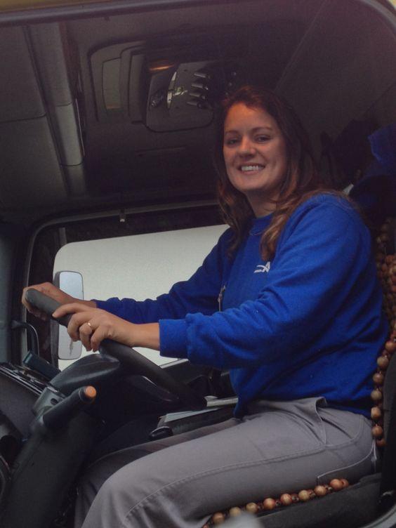 Nívia dirige o caminhão toco com a mesma destreza com que coloca o uniforme azul masculino.
