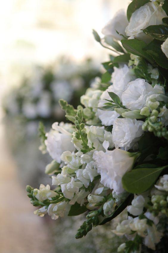 Arranjos tradicionais para Igreja, com flores brancas