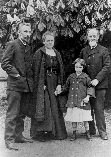 De izquierda a derecha: Curie (Premio Nobel de Física 1903) Pierre; Marie Curie (Premio Nobel de Física 1903 y Química 1911); Irène Curie (Premio Nobel de Química 1935); Dr. Curie (el padre de Pierre Curie).
