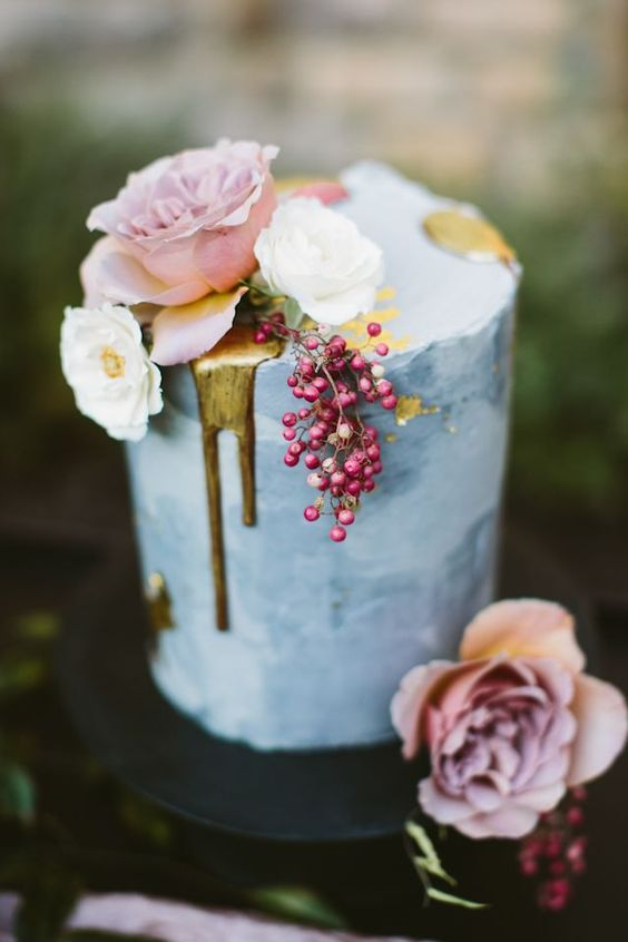 Intimate front yard wedding with an autumn / fall wedding color palette and gorgeous drip wedding cake